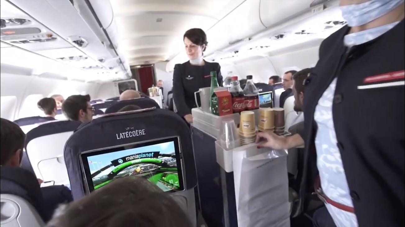 une-premiere-mondiale-le-li-fi-teste-par-des-gamers-dans-un-avion-en-plein-vol